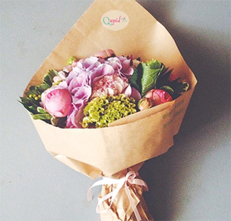 Букет цветов в бумажной упаковке